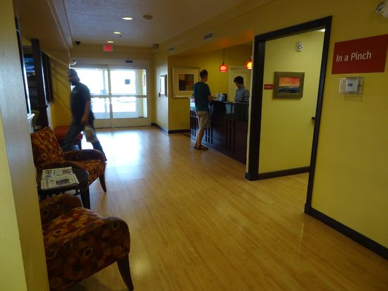 TownePlace Suites Boise West/Meridian: Main reception. Breakfast room is behind the gentleman standing at the desk.
