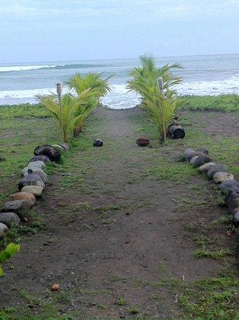 Delfin Beachfront Resort: walkway to private beach