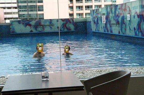 Le Meridien Bangkok : swimming pool not so big and no view