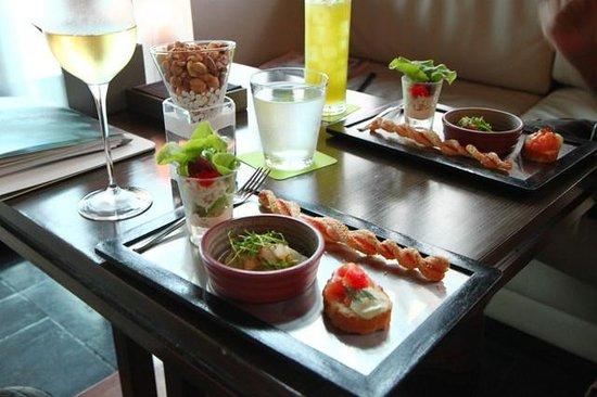 Le Meridien Bangkok: free finger food, not so bed