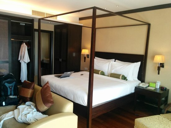 MiCasa All Suite Hotel : Bed