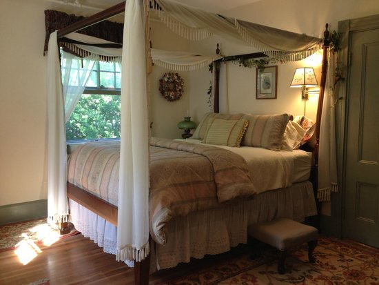 Inn at Tanglewood Hall: Comfortable canopy bed