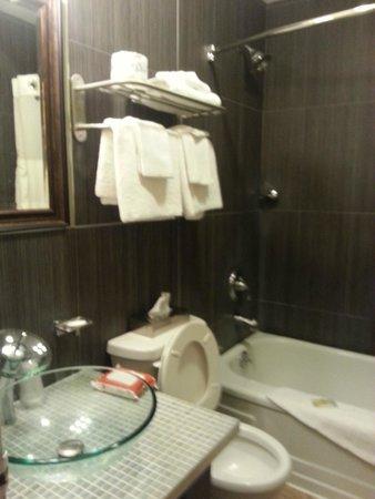 Quality Hotel Fallsview Cascade : Renovated Bathroom