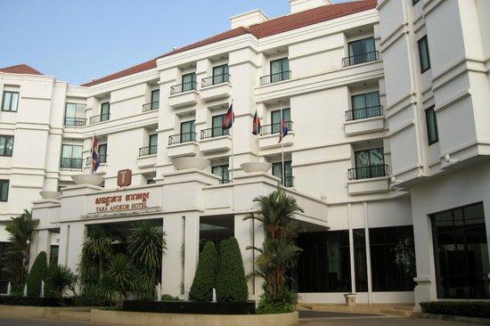Tara Angkor Hotel: Front exterior of hotel
