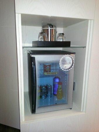 Hotel SB Plaza Europa : Холодильник и чайник