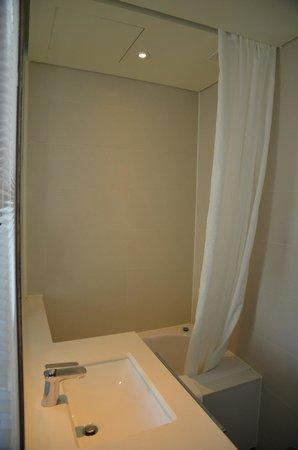 Hotel ShinShin: Open style bathroom