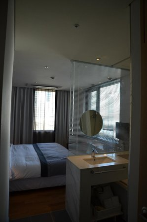 Hotel ShinShin: Open style bathroom (shower and sink separated from room by glass wall)