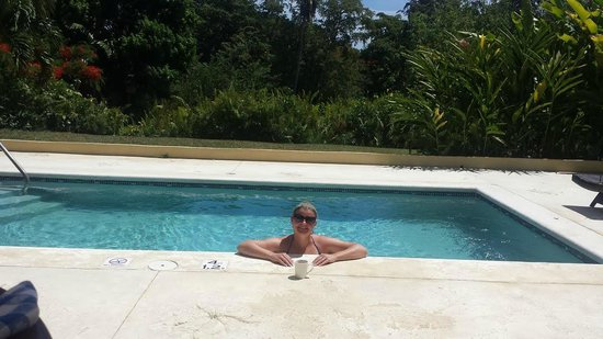 Sandals Ochi Beach Resort: Me having my coffee in the pool :)