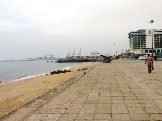 Galadari Hotel: Pomenade near the hotel