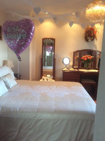 Pineview Guesthouse: The room was made up for our wedding night And the most comfortable bed in the world !!!!!