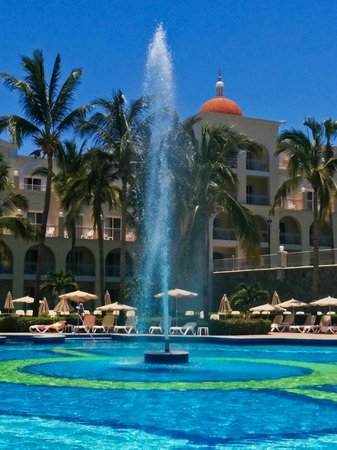 """Hotel Riu Palace Cabo San Lucas : Fountain in the """"quiet"""" pool"""