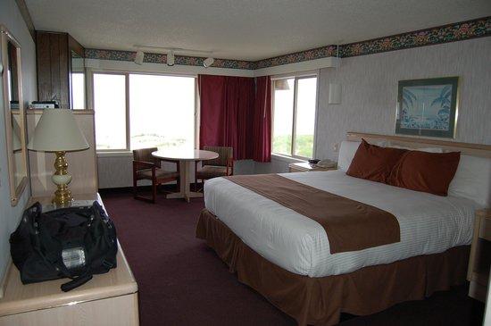 Ebb Tide Oceanfront Inn: Ebb Tide King Bed Corner Room