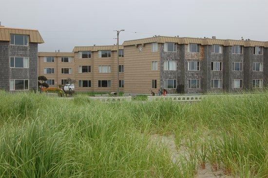 Ebb Tide Oceanfront Inn: Beach view of Ebb Tide hotel
