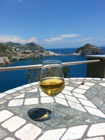 Punta Chiarito Resort Hotel Ristorante: Un buon bianco prodotto in casa sulla terrazza più spettacolare di Ischia!