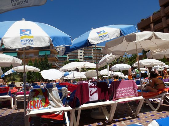 Almunecar Playa Spa Hotel: POOL SUNBEDS AND UMBRELLAS AT 3PM