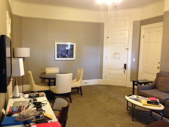 Hotel del Coronado: Pas de fenêtres dans le salon !!!