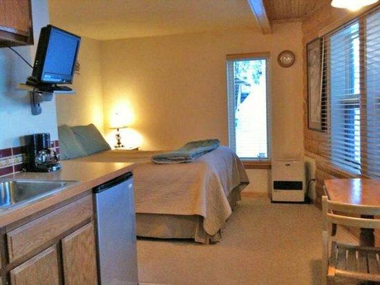 Gigglewood Lakeside Inn : Birch Cove Bedroom