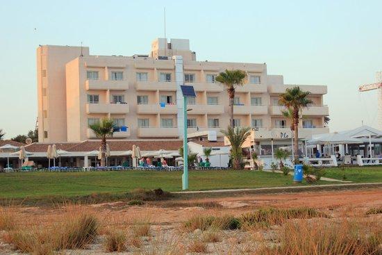 Piere Anne Beach Hotel: вид на отель с моря