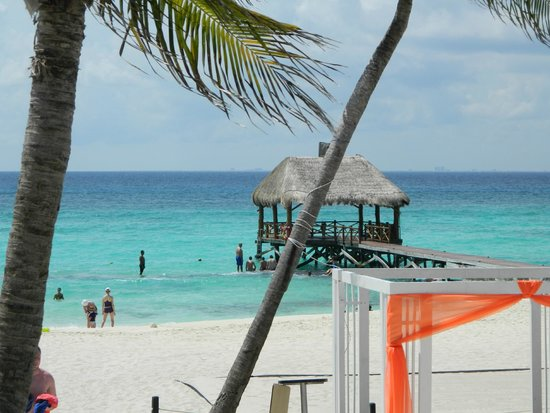 Azul Beach Resort The Fives Playa Del Carmen: View from the infinity pool area looking out at the pier