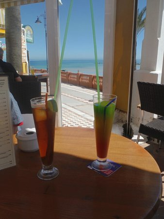 Palm 5 Beach Bar: a strong long island ice tea and a traffic-light mocktail