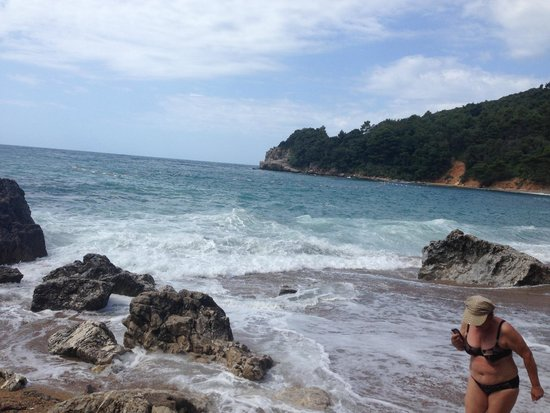Avala Resort & Villas : пляж рядом с отелем
