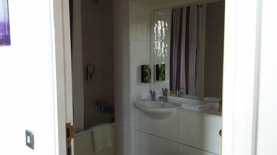 Premier Inn London Kensington (Olympia) Hotel: Baño