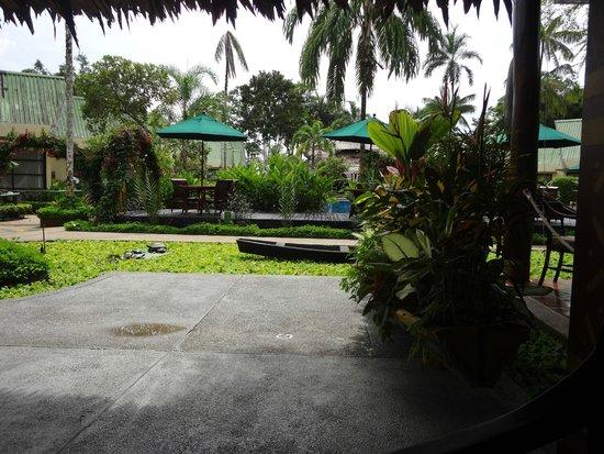 Decameron Decalodge Ticuna : Da pra ver o lago artificial, o deck e as cadeiras que ficam em volta da piscina. Vista do resta