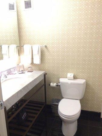 Kimpton Hotel Vintage Seattle: spacious bathroom