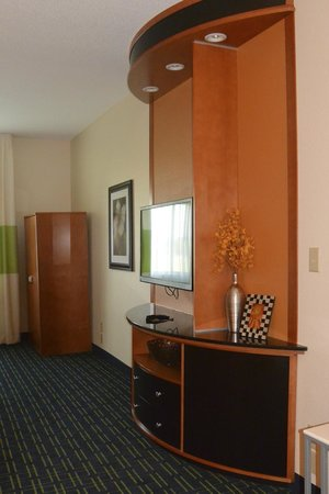 Fairfield Inn & Suites Fargo: room cupboard