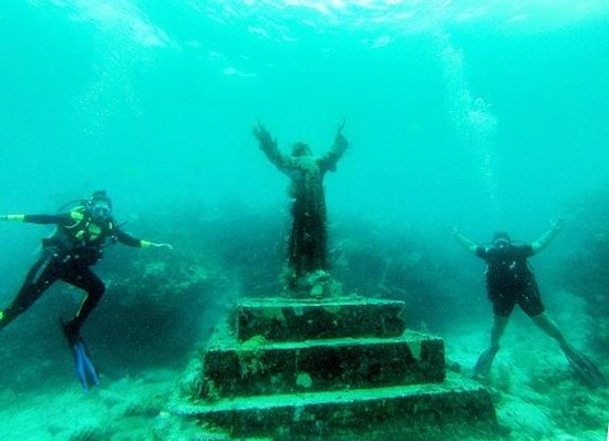 Silent World Dive Center: Lea and I at Christ of the Abyss!!