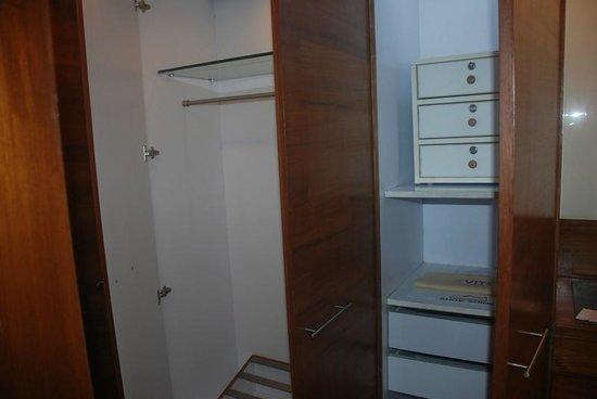 VITS Hotel Pune: Closet