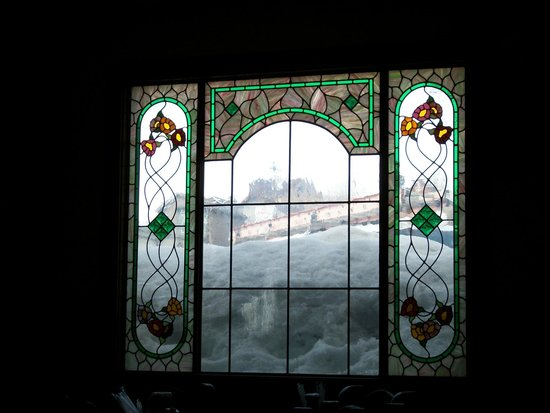 Ma's Country Cabin & Saloon: stained glass window...snow everywhere!