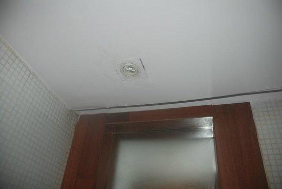 VITS Hotel Pune: Bathroom