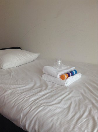 Best Western Plus Rotterdam Airport Hotel: twin bed with towels and toiletries