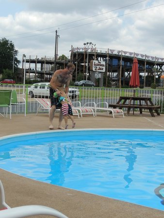 GreenBrier Inn: The pool is wonderful for some family down time.