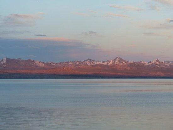 Lake Yellowstone Hotel and Cabins: Sunset across the lake