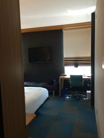 Aloft Houston by the Galleria: Into the bedroom area