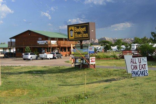 Badlands Budget Host Inn: entrance