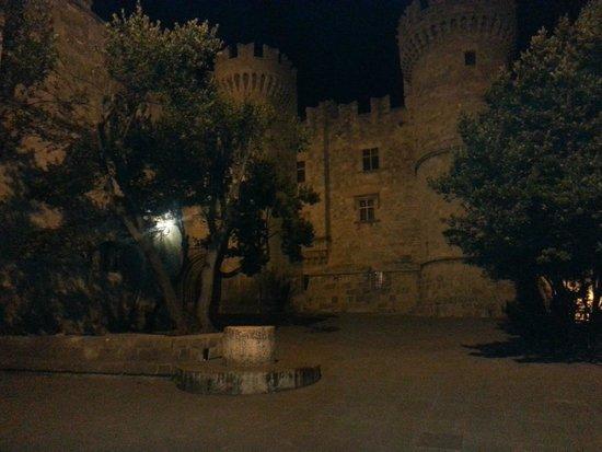 Nikos Takis Fashion Hotel: Le chateau de Rhodes