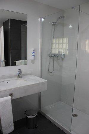 Hotel Roc Golf Trinidad: Baño con ducha