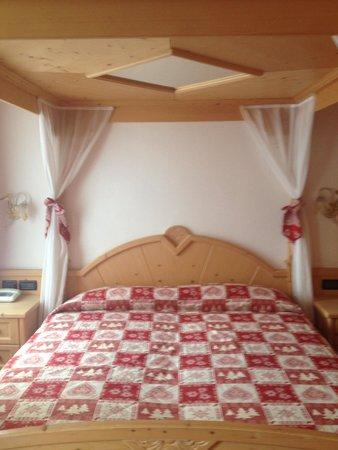 Romantic Hotel Posta 1899: Letto a baldacchino junior suite