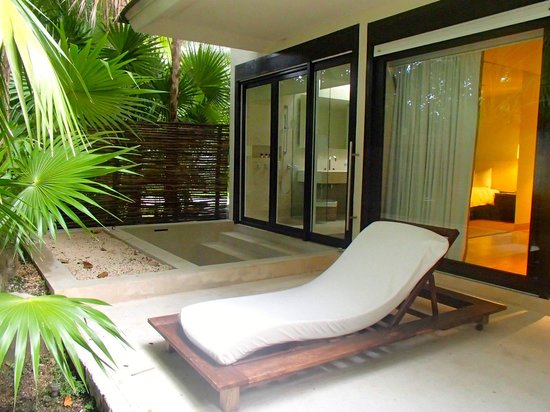 Blue Diamond Luxury Boutique Hotel: Huge patio with tub in background