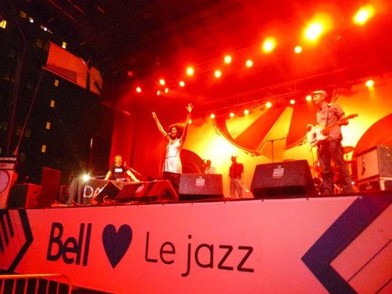 Hotel l'Abri du Voyageur: Free Jazz Festival Concert Just Around the Corner