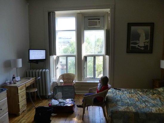 Hotel l'Abri du Voyageur: Our Room (Lots of TV Channels)