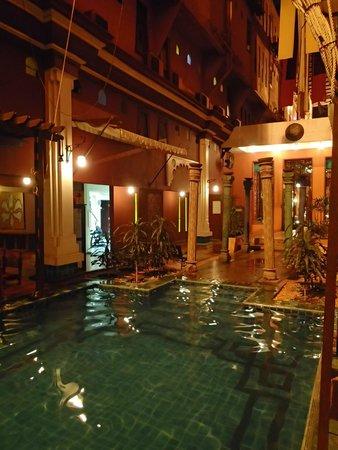 Imm Fusion Sukhumvit: Pool at night