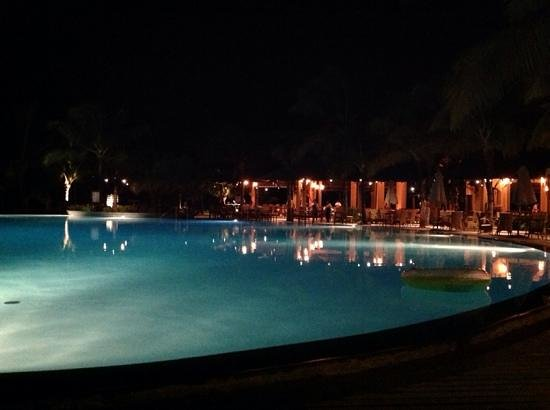 Beachcomber Le Victoria Hotel : pool at night