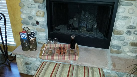 Blair House Inn: Wine and dessert in front of fireplace