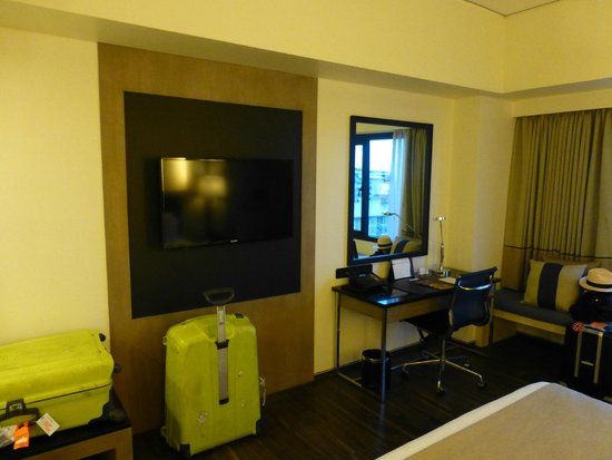 Seda Bonifacio Global City: TV and desk