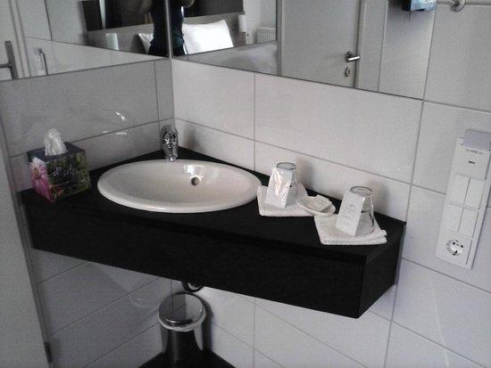RheinHotel ARTE: Waschbecken im Zimmer