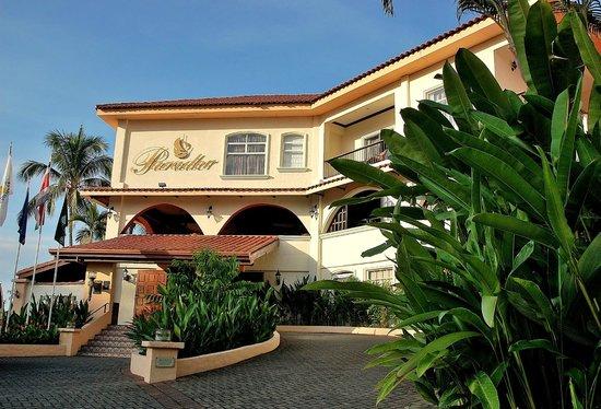 Parador Resort and Spa: Zicht op de voorkant van het hotel